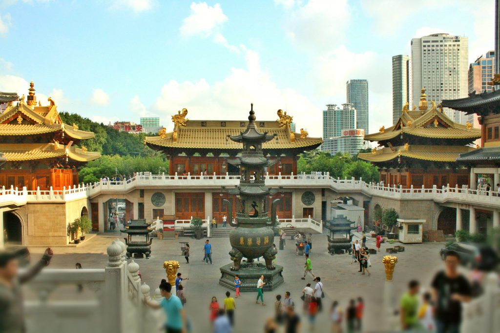The Jing'an Temple combines tradition and modern lifestyle